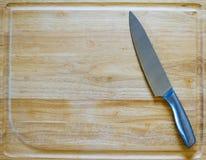 Couteau en métal sur une planche à découper en bois photo libre de droits