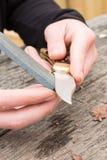 Couteau en pierre humide affilant Photographie stock