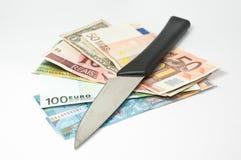 Couteau et billets de banque images stock