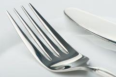 Couteau et fourchette d'une plaque images stock