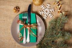Couteau et fourchette sur la serviette et le plat verts, flocon de neige décoratif, Image stock