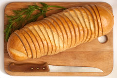 Couteau et pain sur un panneau Photo libre de droits