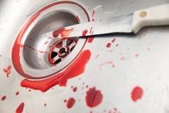 Couteau et sang dans l'évier Photo libre de droits