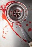Couteau et sang dans l'évier Images stock