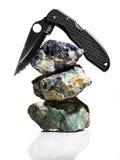 Couteau placé sur des roches Photo stock