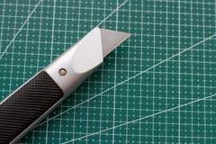 Couteau pointu sur le compagnon pour la coupure photographie stock libre de droits