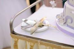 Couteau pour le gâteau de mariage Photos stock