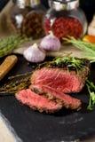 Couteau rare découpé en tranches d'ail d'Angus de noir de bifteck photographie stock libre de droits