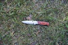 Couteau sur l'herbe, enquête, meurtre photographie stock