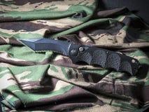 Couteau sur le camouflage Images stock