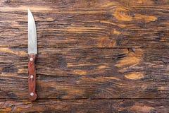 Couteau sur un conseil en bois Image stock