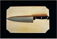 Couteau sur un morceau de bois Photo stock