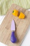 Couteau vibrant et poivre coupé photographie stock