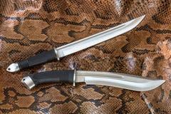 Couteaux de chasse du Japon sur la peau de serpent de python Lames très pointues pour la chasse et la défense Images libres de droits