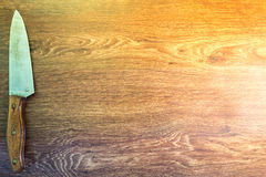 Couteaux de cuisine reposés sur un fond en bois Photo libre de droits