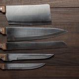 Couteaux de cuisine sur le fond en bois brun Photos stock