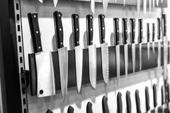Couteaux de cuisine sur le plan rapproché magnétique de support Image stock