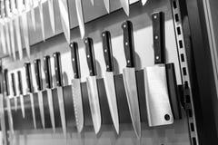 Couteaux de cuisine sur le plan rapproché magnétique de support Photo libre de droits