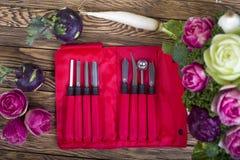 Couteaux de découpage avec le bouquet découpé images stock