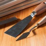 Couteaux de Spackle sur une table en bois Photographie stock libre de droits