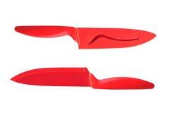 Couteaux en céramique rouges avec la gaine d'isolement sur le fond blanc Photo stock
