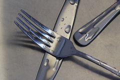 Couteaux et fourchette dans le bassin de cuisine Photographie stock