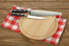 Couteaux et planche à découper de cuisine photographie stock