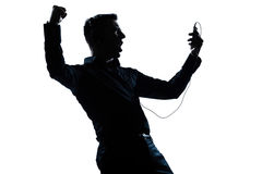 Écouter heureux de verticale d'homme de silhouette la musique Image stock