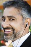 Écouteur de Listening Music Through d'homme d'affaires Image libre de droits