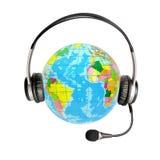 Écouteurs avec un microphone et un globe Images stock