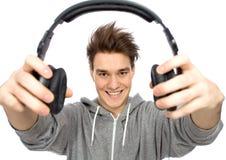 Écouteurs de fixation de jeune homme Photo libre de droits