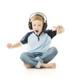 Écouteurs de garçon écoutant la musique et le chant Image libre de droits