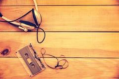 ?couteurs et bande translucide de cassette sonore sur le fond en bois de planches de vintage photos libres de droits