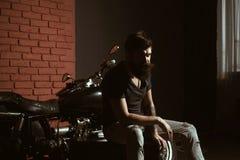 Coutume de moto homme de motard avec la moto noire faite sur commande homme et moto dans le garage de cutom concept de coutume de photos libres de droits