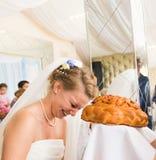Coutume traditionnelle de mariage pour mordre un grand morceau Photos libres de droits
