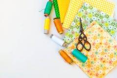Couture actuelle de matériaux sur le blanc Photo stock