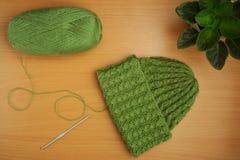 Couture, aiguilles de tricotage et crochet, fil vert clair, fleur à la maison Image libre de droits