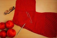 Couture, aiguilles de tricotage et crochet, veste de fil de terre cuite, verres Images stock