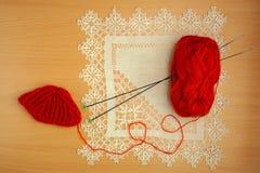Couture, aiguilles et crochet de tricotage, chapeaux de billette et embrouillement Photographie stock