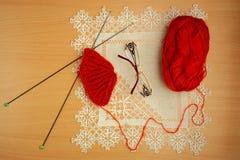 Couture, aiguilles et crochet de tricotage, chapeaux de billette, lunettes et embrouillement Image stock