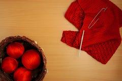 Couture, aiguilles et crochet de tricotage, veste et panier des fils de terre cuite Photo libre de droits