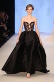 Couture-Brücke Rasit Bagzibagli in Mercedes-Benz Fashion Week I lizenzfreie stockfotos