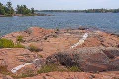 Couture de quartz en granit usé sur un extérieur au bord du lac images stock