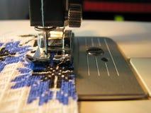 Couture manuelle sur la machine Images libres de droits