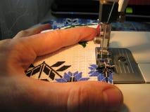 Couture manuelle sur la machine Photo stock