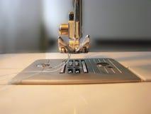 Couture manuelle sur la machine Photos libres de droits
