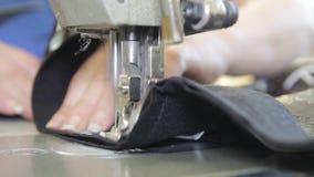 Couture sur la machine à coudre banque de vidéos