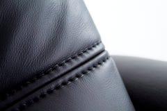 Couture sur le cuir noir Photos stock