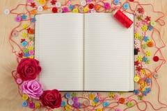 Couturière ouverte de page de carnet avec des boutons, fil, fleurs et Photo stock