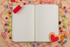 Couturière ouverte de page de carnet avec des boutons, fil, fleurs et Photos stock